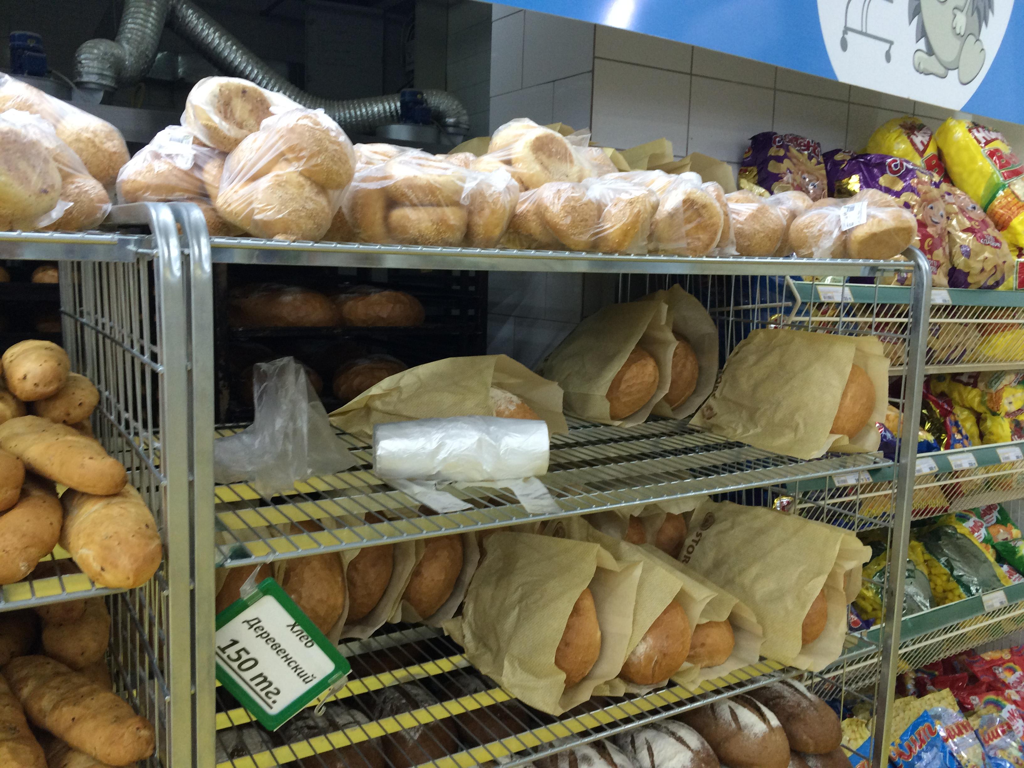 На полках ниже продается черный хлеб, он по прежнему без упаковки